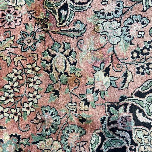 Fin et grand Cachemire en soie (Inde) vers 1975. Champ rose saumoné à de rosace …