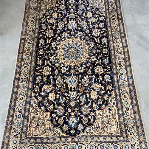 Grand et fin Naïn dans la tradition des tapis Habibian (Iran) vers 1975. Champ b…