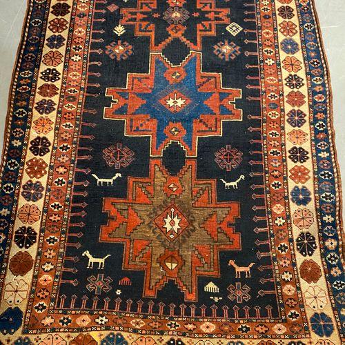 Lesghi (Caucase) fin du XIXe siècle. Champ bleu nuit à décor d'animaux, crabes e…