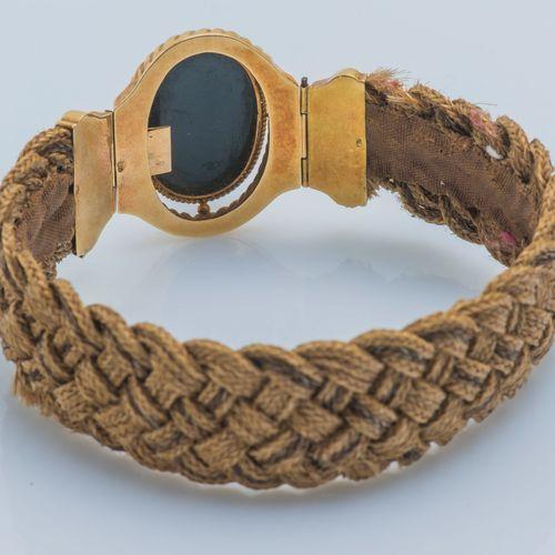 Bracelet ruban de cheveux tressés, le fermoir en or jaune 18 carats (750 ‰) sert…