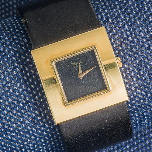 CHOPARD, vers 1980 Bracelet montre manchette, le boîtier carré en or jaune 18 ca…