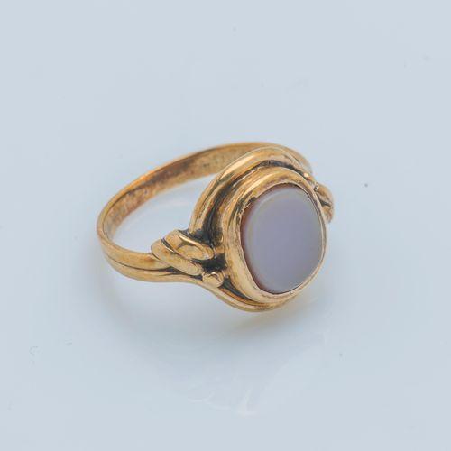 Bague cachet en or jaune 14 carats (585 ‰) sertie d'une plaque d'agate à graver …