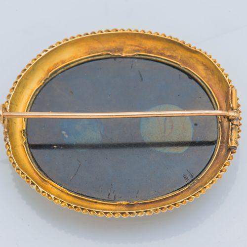 Broche ovale en or jaune 14 carats (585 ‰) ornée d'une micro mosaïque figurant l…
