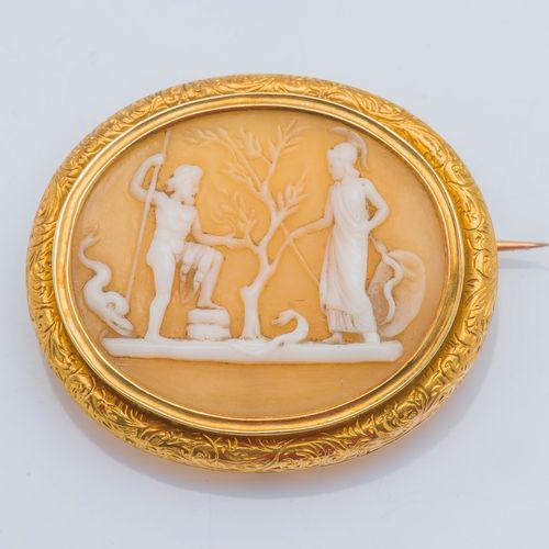 Broche en or jaune 18 carats (750 ‰) ornée d'un camée coquille à décor de scène …