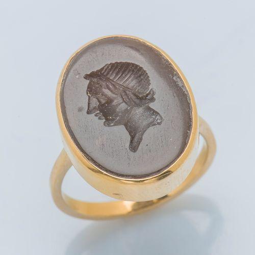 Bague en or jaune 18 carats (750 ‰) ornée d'une intaille sur pierre dure ovale f…