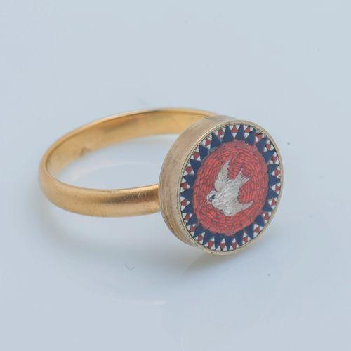 Bague formée d'une alliance en or jaune 18 carats (750 ‰) et métal surmontée d'u…