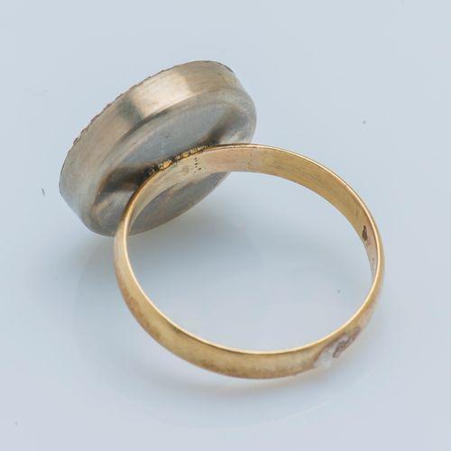 Bague formée d'une alliance en or jaune 14 carats (585 ‰) et métal gravée M.L. 2…