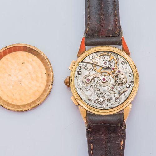 CHRONOGRAPHE SUISSE Chronographe en or jaune 18 carats (750 ‰), le boîtier rond …