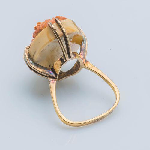 Importante bague en or jaune 9 carats (375 ‰) ornée d'un camée sur agate figuran…