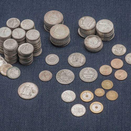 Lot de pièces en argent comprenant : 21 pièces de 50 Francs Hercule, 27 pièces d…
