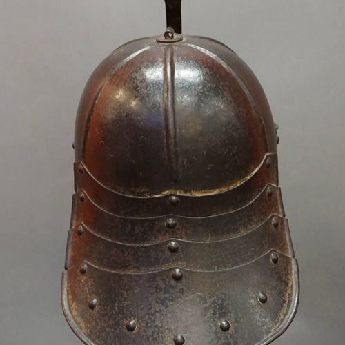 Cap and iron breastplate. Crayfish tail neck cover. 17th century. H : 36 cm l : …