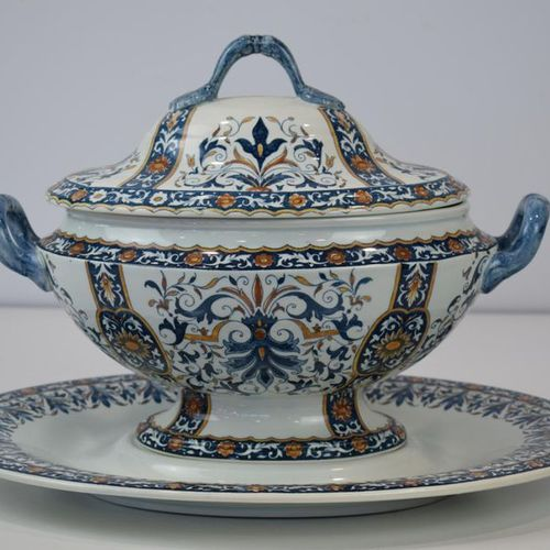 GIEN An earthenware tureen with its display stand