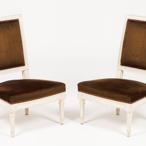 Une paire de chaises basses de style Louis XVI Bois lavé blanc  Revêtement en ve…