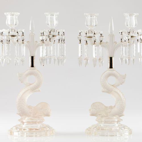 Une paire de candélabres à deux branches Verre opaque en bas relief à décor de d…