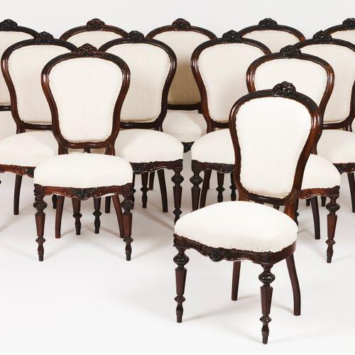 Un ensemble de douze chaises d'époque romantique Bois de rose  Décoration sculpt…