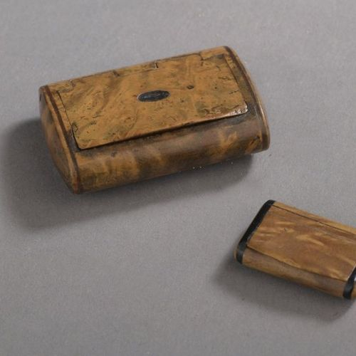 Two tiny burr walnut snuffboxes, tortoiseshell interior. Late 19th century L. 3 …