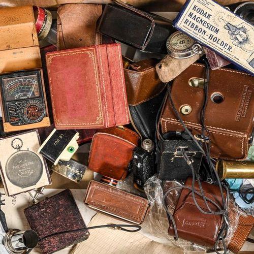 """Petit matériel photographique en l'état : Environ d'environ 15 pièces dont : """"Ko…"""