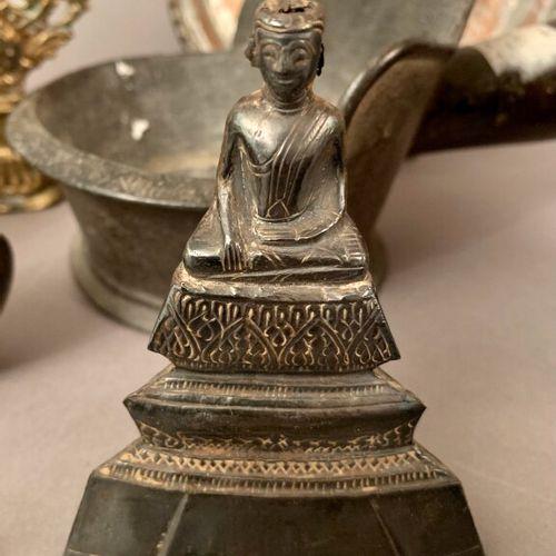 Set of brassware and bronze comprising: bowl, vases, mandorla, Buddha, Buddha ba…