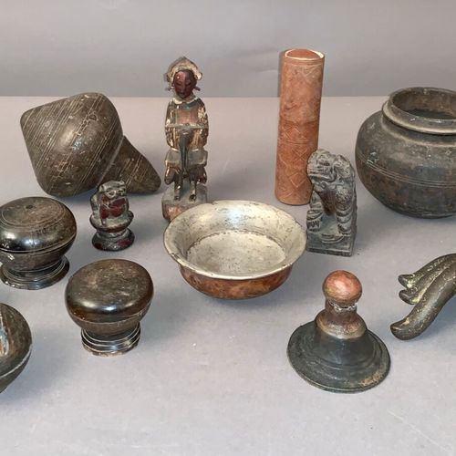 Wooden lot including: tsampas (6), wooden and silver plated metal cup, a stamp, …
