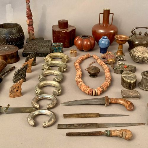Important set of objects from Southeast Asia, Tibet, Nepal, China  Six low title…