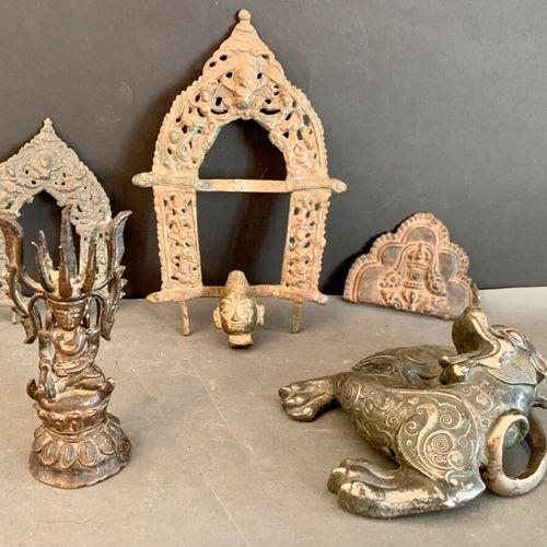 Lot comprising: a sitting bronze Buddha, two metal mandorles, a top mandorle in …