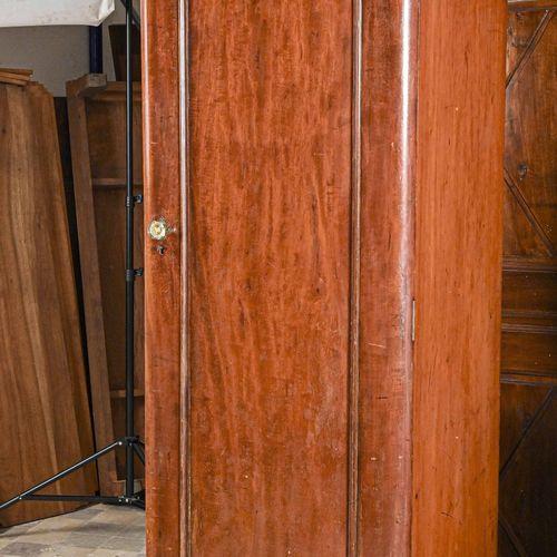 Armoire de marine en merisier, à poignée bouton de verre  H. 207 cm L. 70 cm P. …