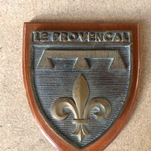 TAPE DE BOUCHE en forme d'écus Le provençal bronze sur socle bois  H. 15 cm