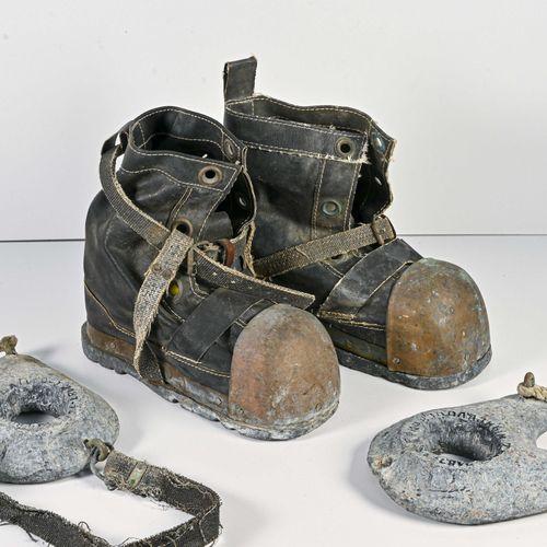 Paire de chaussures de scaphandrier Dans l'état  Nous joignons deux poids de sca…