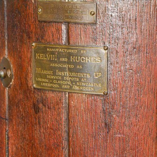Maison KELVIN & HUGHES Compas de marine sur fût cuivre et laiton.  Socle bois.  …