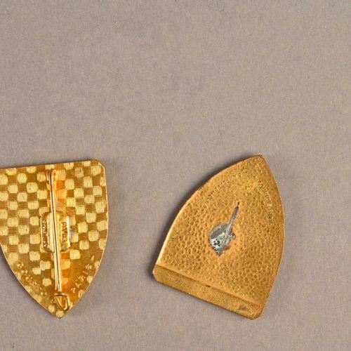 France Lot de deux insignes Jeanne d'Arc  En métal et émail, manque l'attache po…