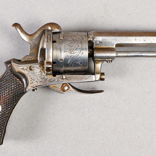 France Revolver type Lefaucheux  Bâti fer décoré de rinceaux à cadre fermé, bari…