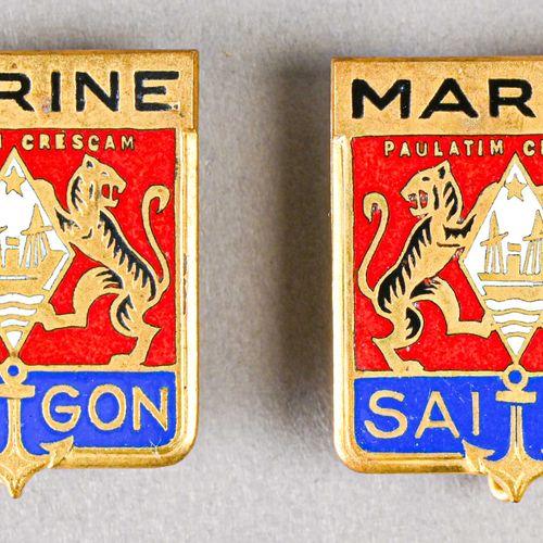 France Lot de deux insignes marine Saigon  En métal et émail, fabrication Courto…