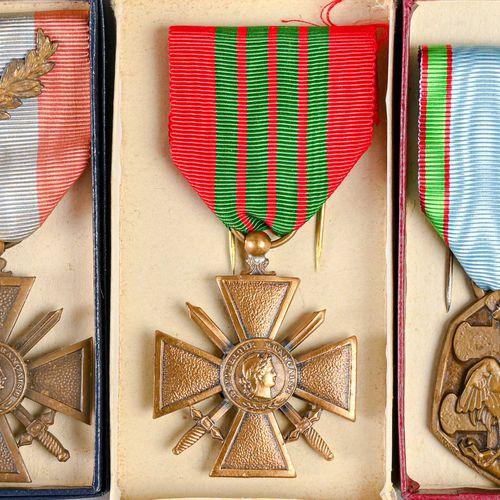 France Lot de trois décorations ayant appartenues à l'Amiral Ortoli  Une croix d…