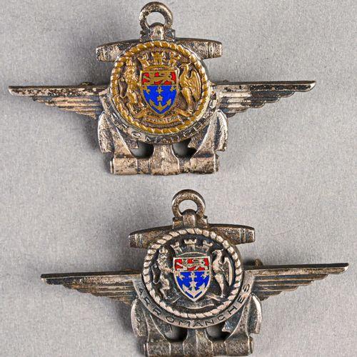France Lot de deux insignes du bâtiment arromanches  En métal et émail, fabricat…