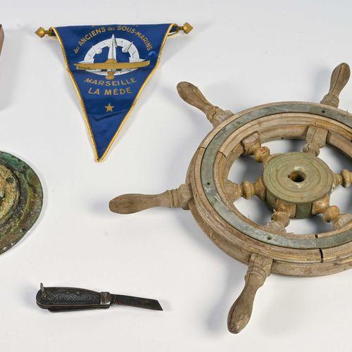 Ensemble comprenant : une petite barre à roue en bois et laiton (D. 50 cm), un c…