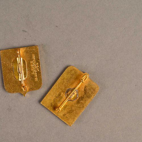 France Lot de deux insignes Dumont d'Urville  L'un fabrication Augis, l'autre sa…