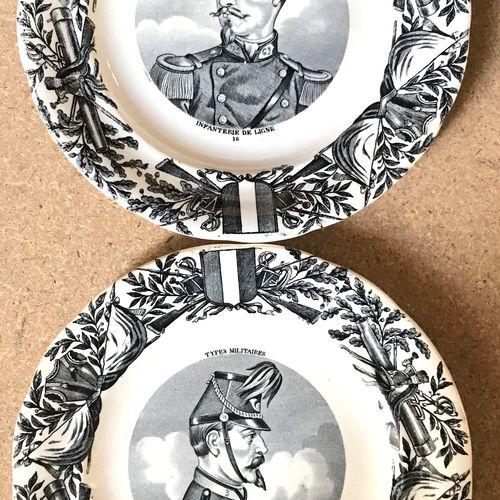 GIENS Ensemble de dix assiettes à dessert (deux séries), monogramme de Giens à d…