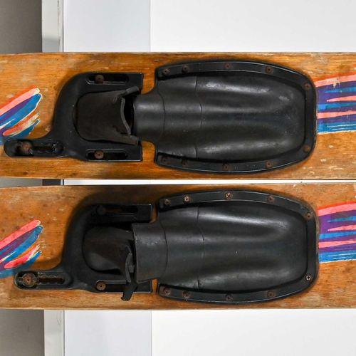 Paire de ski nautique en bois customisé, circa 1970 H. 170 cm  Usures