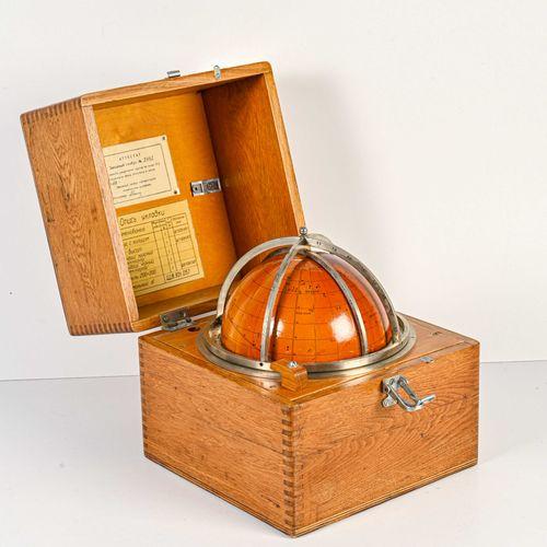 ASTROLABE en bois et acier  Travail russe du XXe siècle  D. 16 cm  Dans son coff…