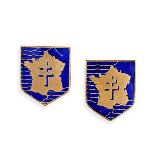 France Lot de deux insignes de la 2ème DB  L'un fabrication anglaise, l'autre AR…