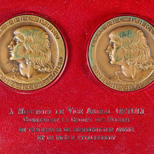 France Coffret de deux médailles de table du Croiseur Jeanne d'Arc offerte à l'A…