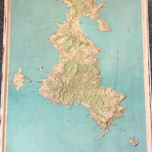 Carte IGN en relief, représentant l'île de Mayotte l. 106 cm L. 73 cm Salissures…