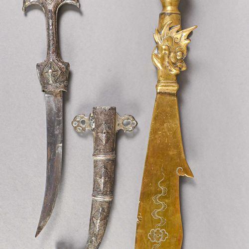 INDOCHINE Fer de lance indochinoise  En laiton, hampe à tête de dragon, lame à d…