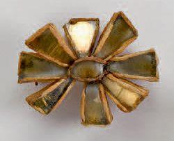 LINE VAUTRIN (1913 1997) Broche fleur en talosel doré Porte le cachet «Joux» au …