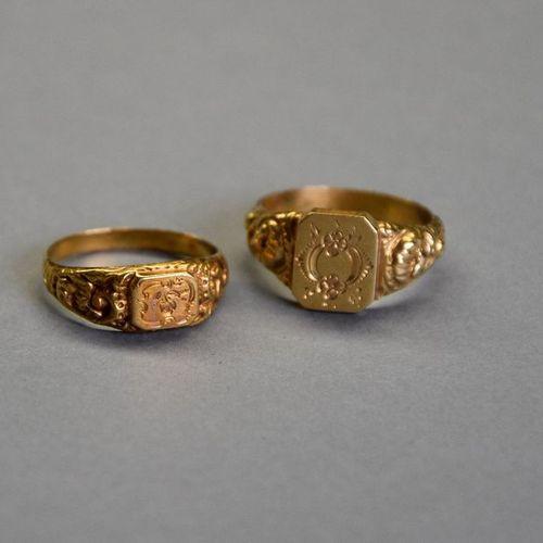 Deux chevalières en or jaune 18K (750°/°°) ciselé de coquilles et de fleurs. XIX…