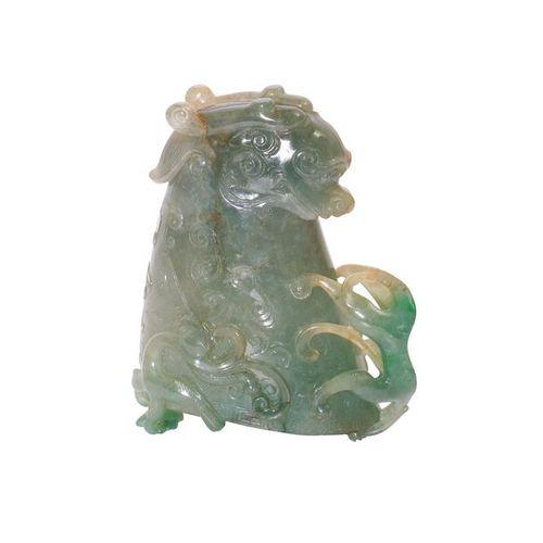 Chine, Coupe en jadéïte sculptée d'une tête de dragon (95 x 76 x 43 mm)
