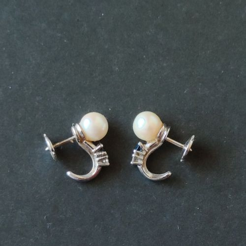 Pair of ear studs in white gold 750 °/00 each set with a pearl, a small diamond …