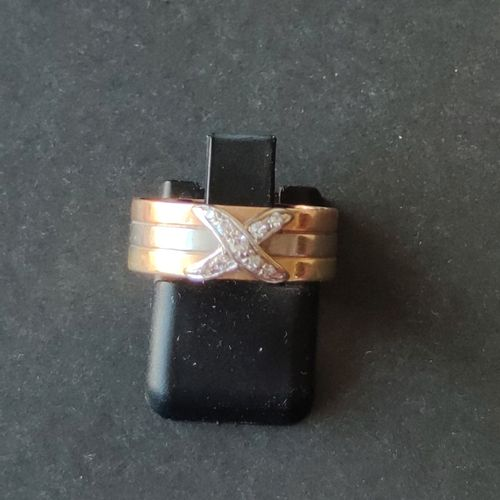 RING in yellow gold 750°/00 decorated with a diamond paved cross. Gross weight: …