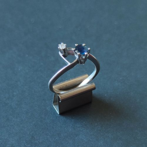 Small ring in white gold 750°/°° set with a small sapphire and a small diamond, …