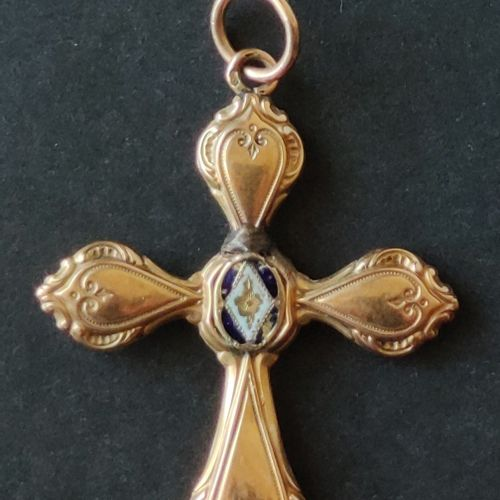 CROSS in yellow gold 750°/°°, trace of enamel, Weight :1,9 g